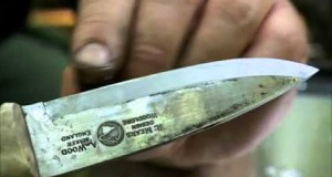 Ray Mears – How to sharpen a knife at camp, Bushcraft Survival